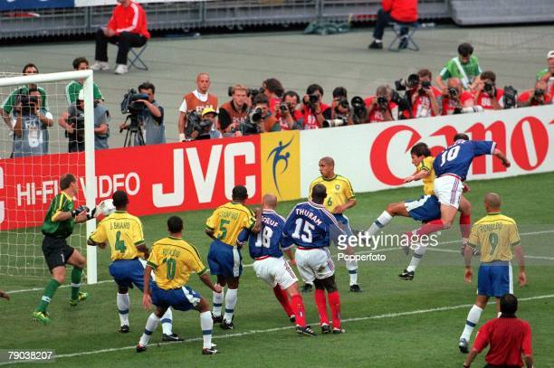World Cup Final St Denis France 12th July France 3 v Brazil 0 France's Zinedine Zidane heads the first of his two goals from a corner kick