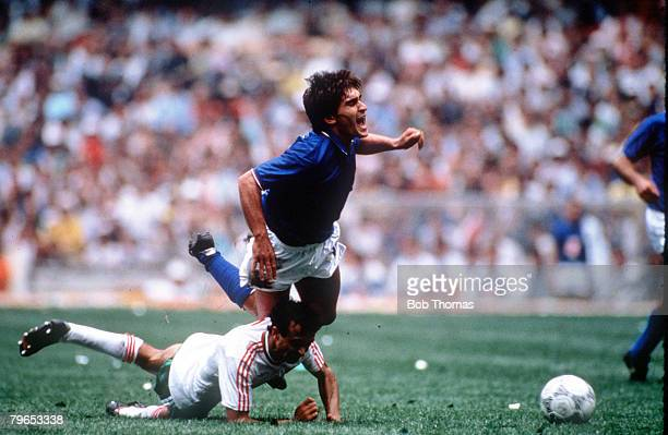 World Cup Finals Azteca Stadium Mexico 31st May Italy 1 v Bulgaria 1 Italy's Giuseppe Galderisi is challenged for the ball by Bulgaria's Arabov