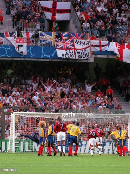 World Cup Finals Lens France 26th June England 2 v Colombia 0 England's David Beckham scores a goal from a free kick
