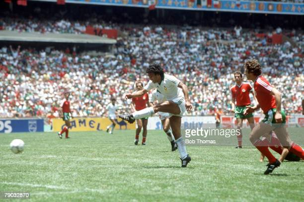 World Cup Finals Second Phase Azteca Stadium Mexico 15th June Mexico 2 v Bulgaria 0 Mexico's Hugo Sanchez fires in a shot at the Bulgarian goal