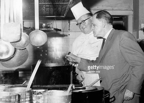 1962 FIFA World Cup in Chile Sepp Herberger *28031897 Coach of the German national team Herberger and the cook Hans Bindert March 1962