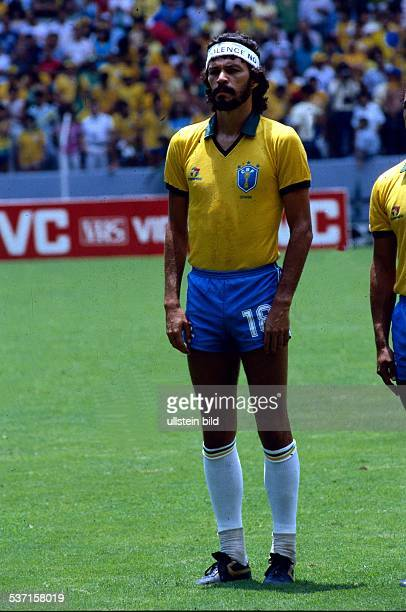 1986 FIFA World Cup in Mexico Socrates * Football player member of the Brazilian national team Socrates with headband before a World Cup match in...