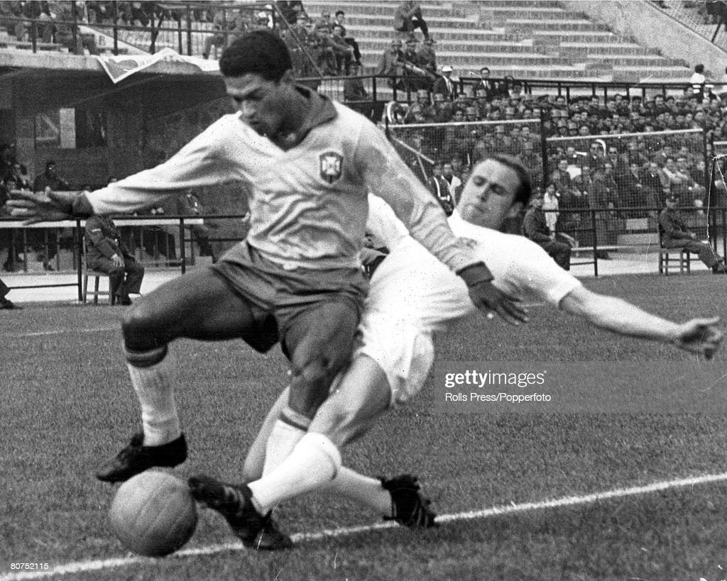 World Cup Quarter-Final, 1962, Viva Del Mar, Chile, 10th June, 1962, Brazil 3 v England 1,Brazilian forward <a gi-track='captionPersonalityLinkClicked' href=/galleries/search?phrase=Garrincha&family=editorial&specificpeople=939039 ng-click='$event.stopPropagation()'>Garrincha</a> gets away from England defender Ray Wilson during the match
