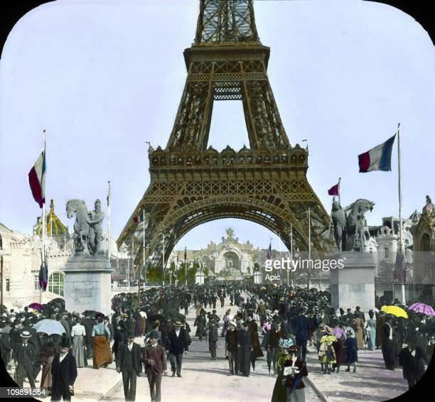 the crowd on Iena bridge to Eiffel Tower
