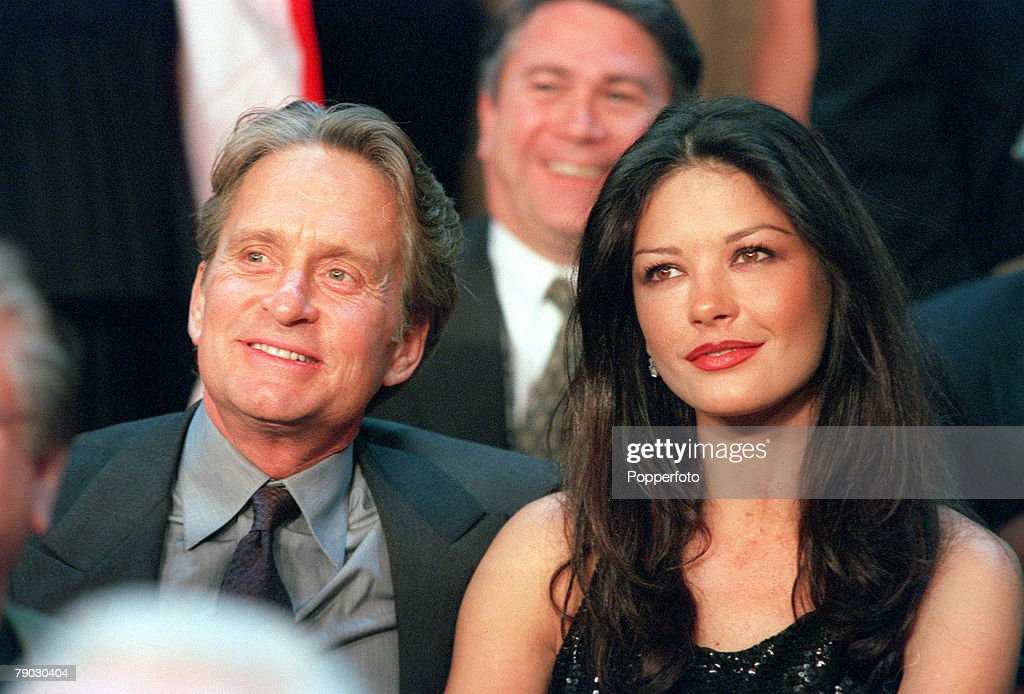 World Heavyweight Championship Boxing, Las Vegas, USA, 13th November, 1999, Lennox Lewis beat Evander Holyfield on a unanimous points decision, American actor Michael Douglas with his actress girlfriend Catherine Zeta-Jones during the fight