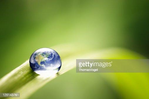 Mundo em uma gota de água da Terra verde Natureza e meio ambiente