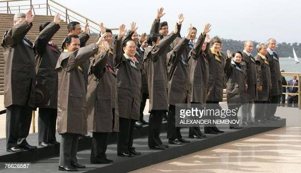 World leaders wave during a group photo wearing Drizabone jackets at the Sydney Opera House 08 September 2007 during the AsiaPacific Economic...
