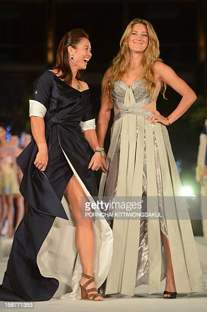 World number one woman's tennis player Victoria Azarenka of Belarus poses for photo with Chinese tennis star Li Na during the Thai silk fashion show...