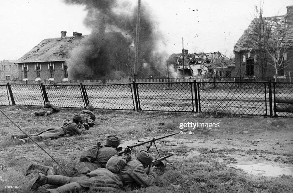 World war 2 battle of stalingrad soviet soldiers fighting on the city outskirts december 1942
