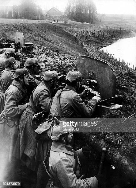 German lines in Masuria soldiers with machine guns in the trenches near Darkehmen Photo Kuehlewindt November / December 1914 Published by 'Berliner...