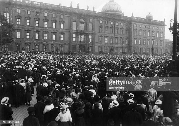 crowd waiting in front of the Berlin City Palace for the decision on mobilization and declaration of war on Russia