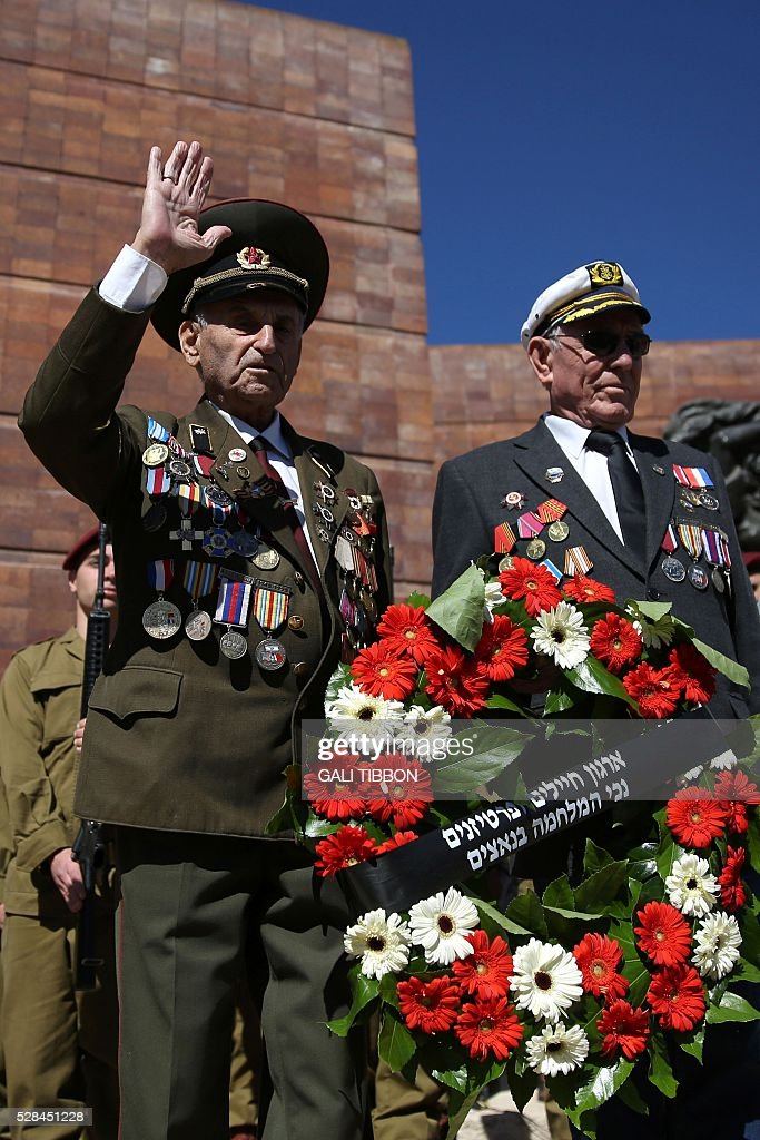 World War II veterans carry a wreath during the annual Holocaust Remembrance Day ceremony at the Yad Vashem Holocaust Memorial in Jerusalem, on May 5, 2016. The state of Israel marks the annual Memorial Day commemorating the six million Jews murdered by the Nazis in the Holocaust during World War II. / AFP / GALI