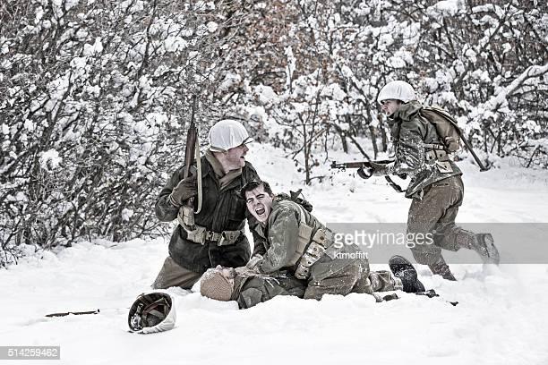 Champ de bataille de la Seconde Guerre mondiale, scène d'hiver avec le soldat