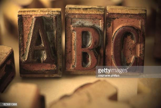 Tampons en caoutchouc vieilli et usé avec les lettres ABC