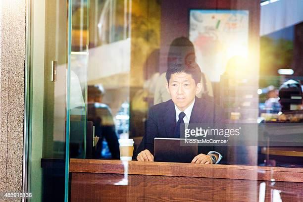 Inquiet japonais travail hunter-vous au café est déçu