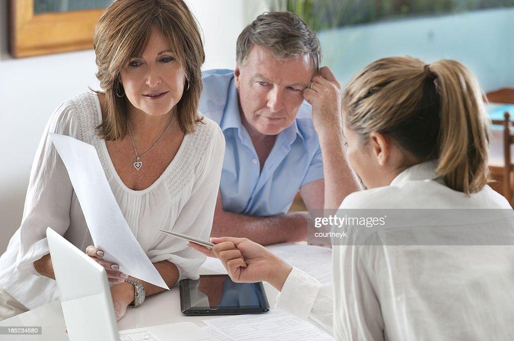 Besorgt Älteres Paar im Gespräch mit Berater : Stock-Foto