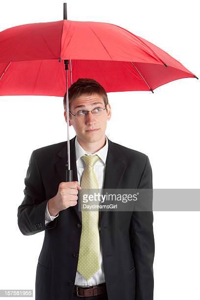 Inquiet jeune homme d'affaires et rouge Parapluie
