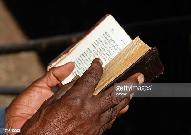 Gläubiger Lesung Heiligen Bibel in Lalibela Äthiopien