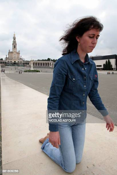 A worshipper walks on her knees as she prays for the Pope at the Fatima Sanctuary in Fatima 140 kilometers North of Lisbon 01 April 2005 Pope John...