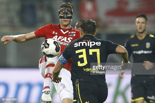 Wout Weghorst of AZ Alkmaar Guram Kashia of Vitesse Arnhemduring the Dutch Eredivisie match between AZ Alkmaar and Vitesse Arnhem at AFAS stadium on...