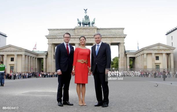 Wowereit Klaus Politiker Regierender Buergermeister von Berlin SPD D mit Kronprinzessin Victoria und Ehemann Prinz Daniel vor dem Brandenburger Tor...