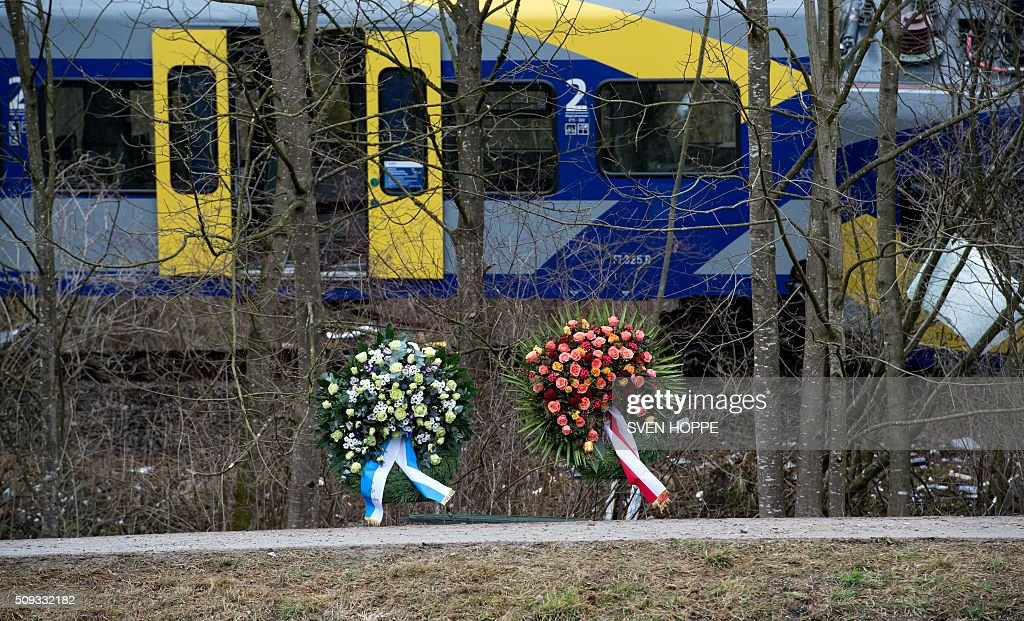 Wreaths are pictured on the train crash site on February 10, 2016 near Bad Aibling. German investigators raced to determine whether human error or technical fault was to blame for a train crash that killed 10 people, as police said all bodies had been recovered from the wreckage. / AFP / dpa / Sven Hoppe / Germany OUT