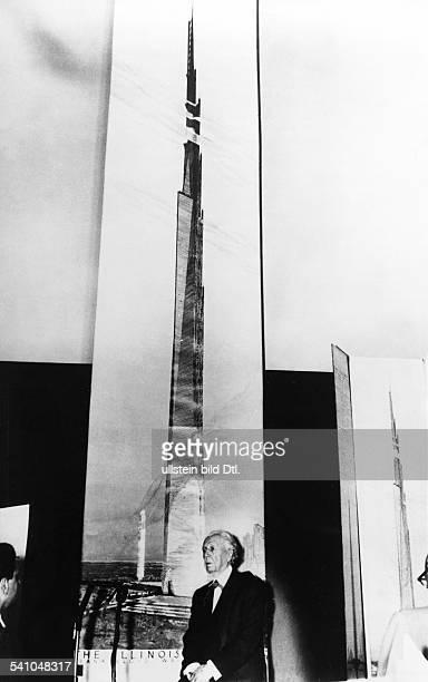 Wright Frank Lloyd*08061867Architekt USAPortrait vor der Zeichnung eines 'Mondkratzers' fuer Chicago 1956