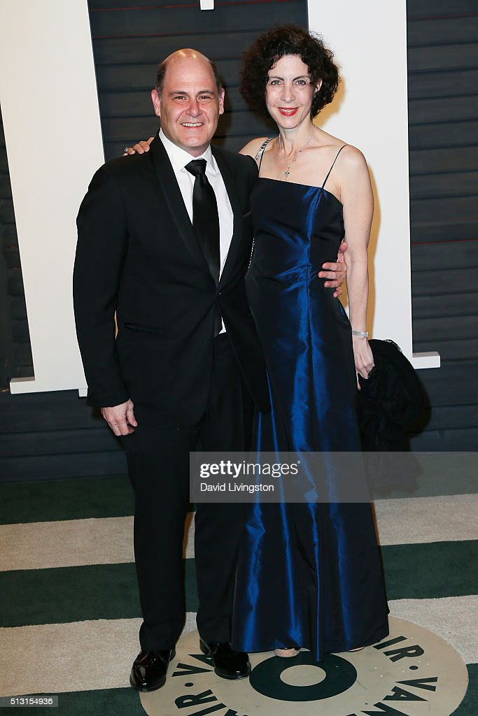 Writer Matthew Weiner and Linda Brettler arrive at the 2016 Vanity Fair Oscar Party Hosted by Graydon Carter at the Wallis Annenberg Center for the Performing Arts on February 28, 2016 in Beverly Hills, California.