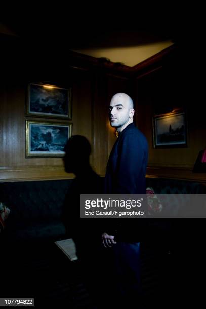 Writer Roberto Saviano poses at a photo shoot for Le Figaro on May 2 2009 in Paris France Figaro ID 084422005 CREDIT MUST READ Eric...