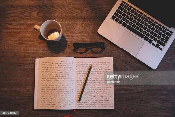 Schreiben und Trinken Kaffee