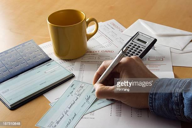 Écrire les chèques, payant les factures et calcul des Finances personnelles de dettes