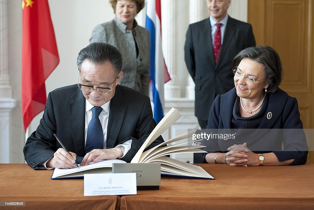 Wu Bangguo, chairman of the Chinese People's Congress signs the guestbook in the presence of parliament Chairman Gerdi Verbeet (R) during his visit to the Dutch parliament in The Hague, Netherlands on May 16, 2012. The visit of Wu and his Chinese delegation is to celebrate the 40-year mutually ambassadorship between China and the Netherlands. AFP PHOTO/ANP ROEL ROZENBURG netherlands out - belgium out