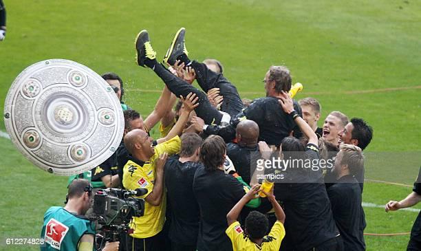 Wurde von seinen Spielern hochgeworfen Meister Trainer Jurgen Klopp Fussball Bundesliga Deutscher Fussball Meister 2010 / 2011 Borussia Dortmund nach...