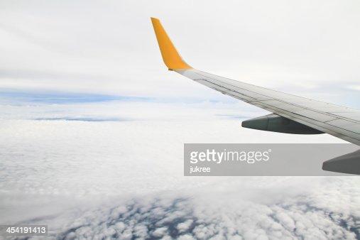 WWing del avión en el cielo de fondo : Foto de stock
