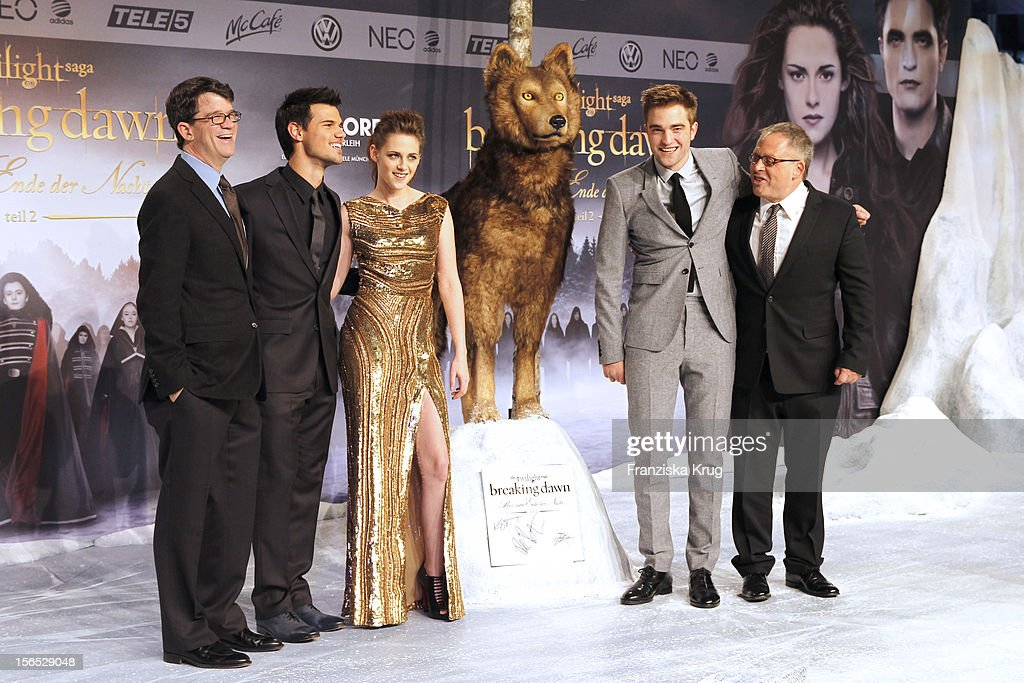 Wyck Godfrey, <a gi-track='captionPersonalityLinkClicked' href=/galleries/search?phrase=Taylor+Lautner&family=editorial&specificpeople=228959 ng-click='$event.stopPropagation()'>Taylor Lautner</a>, <a gi-track='captionPersonalityLinkClicked' href=/galleries/search?phrase=Kristen+Stewart&family=editorial&specificpeople=2166264 ng-click='$event.stopPropagation()'>Kristen Stewart</a>, <a gi-track='captionPersonalityLinkClicked' href=/galleries/search?phrase=Robert+Pattinson&family=editorial&specificpeople=734445 ng-click='$event.stopPropagation()'>Robert Pattinson</a> and <a gi-track='captionPersonalityLinkClicked' href=/galleries/search?phrase=Bill+Condon&family=editorial&specificpeople=209236 ng-click='$event.stopPropagation()'>Bill Condon</a> attend the 'Twilight Saga: Breaking Dawn Part 2' Germany Premiere at CineStar on November 16, 2012 in Berlin, Germany.