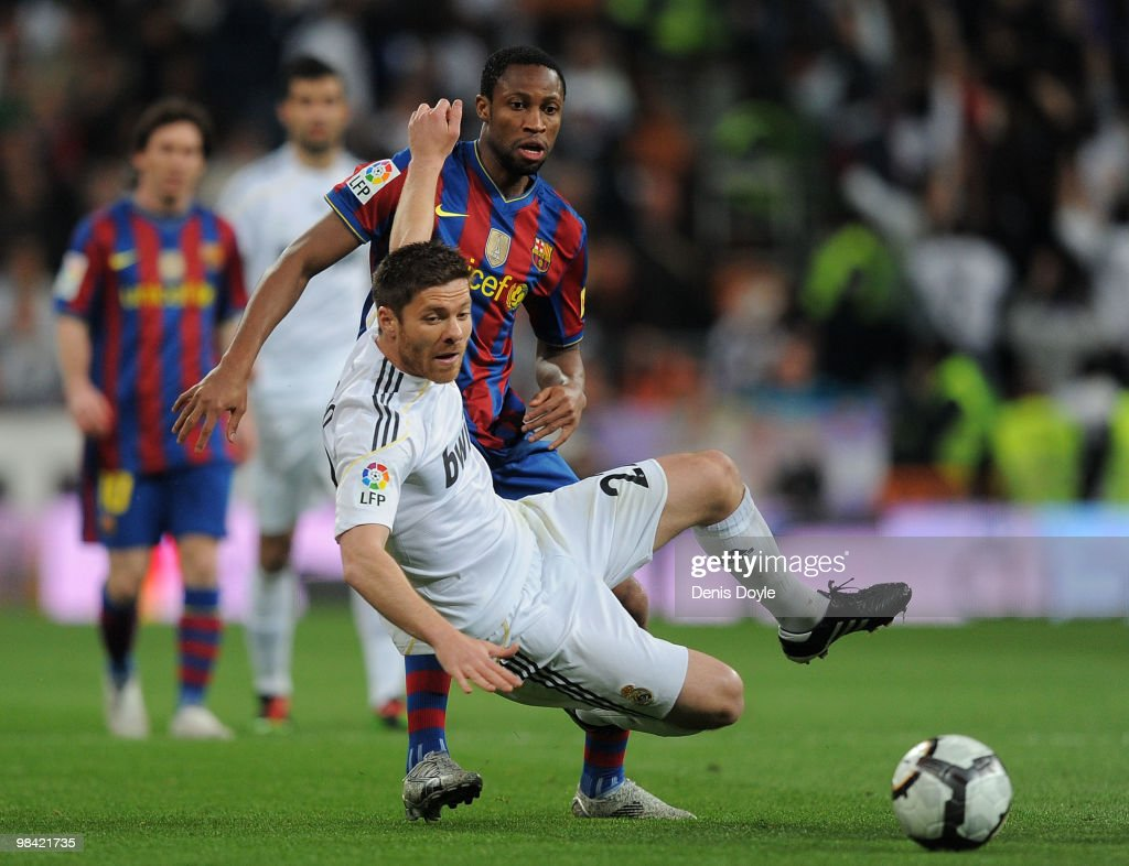 Xabi Alonso (L) of Real Madrid cuts-off Seydou Keita of Barcelona during the La Liga match between Real Madrid and Barcelona at the Estadio Santiago Bernabeu on April 10, 2010 in Madrid, Spain.