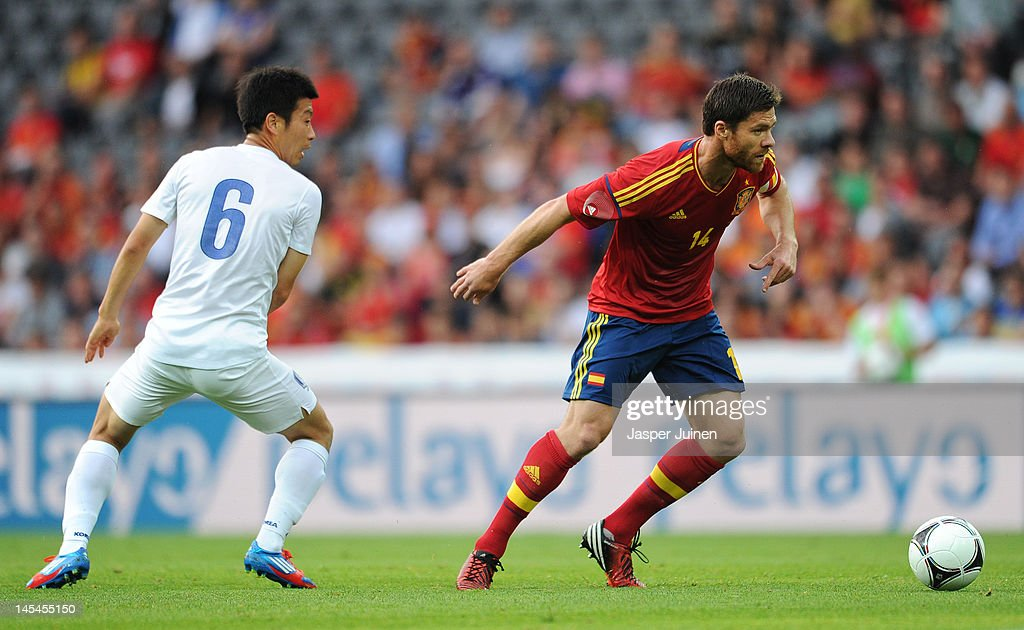 <a gi-track='captionPersonalityLinkClicked' href=/galleries/search?phrase=Xabi+Alonso&family=editorial&specificpeople=213833 ng-click='$event.stopPropagation()'>Xabi Alonso</a> (R) of Spain duels for the ball with Do Heon Kim of Korea Republic during the international friendly match between Spain and Korea Republic on May 30, 2012 in Bern, Switzerland.
