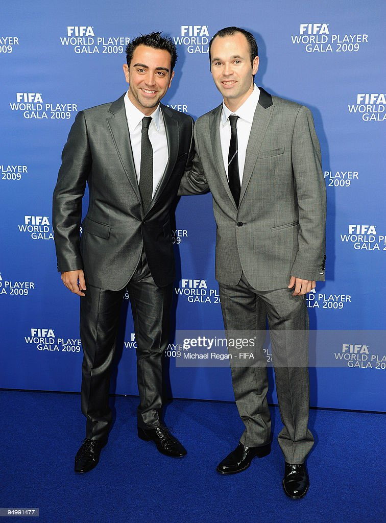 ¿Cuánto mide Xavi Hernández? - Altura - Real height Xavi-poses-with-andres-iniesta-as-they-arrive-at-the-fifa-world-gala-picture-id94991477