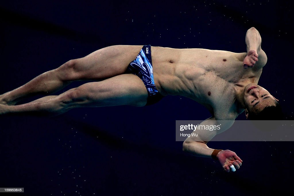 L¨¹xin Zhou of China competes in the Men's 10m Platform Diving Final on Day 2 of the 2013 China Diving Champions Cup at Jinan Olympic Sports Center on January 24, 2013 in Jinan, China.