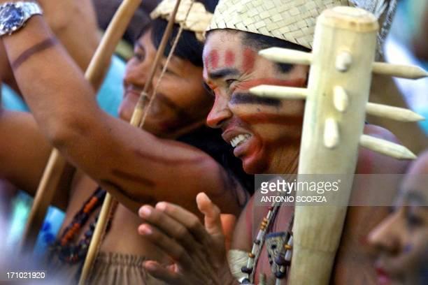 Xucuru indigenous tribe members attend an exposition 20 April 2000 in Coroa Vermelha Brazil Indigenas de tribu Xucuru aplauden la exposicion de un...