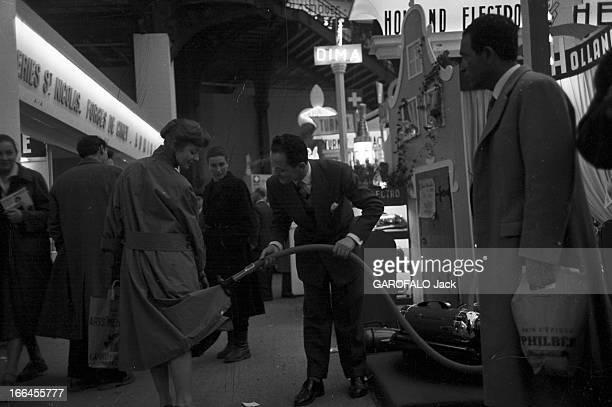Xxiii Household Arts Fair 1954 Les 'cuisines merveilleuses' présentées par PARIS MATCH dans les jardins du Grand Palais à PARIS lors du Salon des...