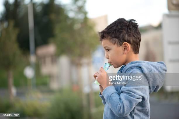 4 y boy drinking a fruit puree