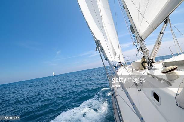 、地平線に向かってセーリングするヨットで夏の日