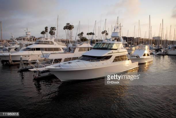 Iates e barcos a motor em Marina del Rey Califórnia, ao pôr do sol