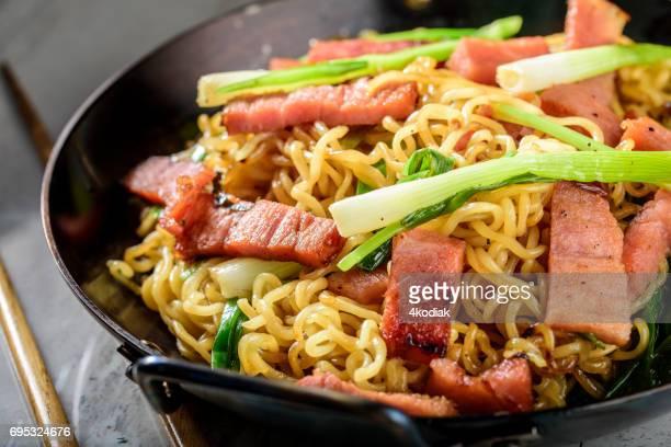 Yakisoba, Japanse Pan gebakken noedels, met Ham en lente-ui in gietijzer Pot