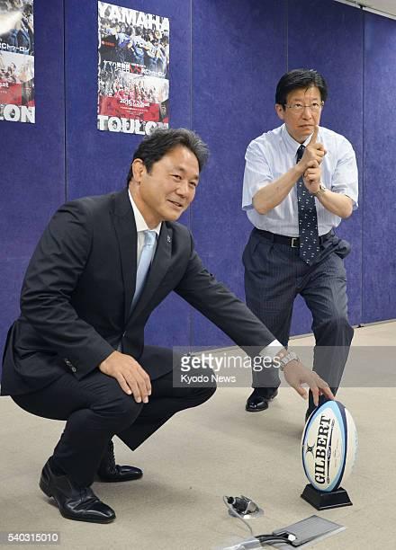Yamaha Jublio manager Katsuyuki Kiyomiya and Shizuoka Gov Heita Kawakatsu pose for a photo at a press conference in the Shizuoka prefectural...