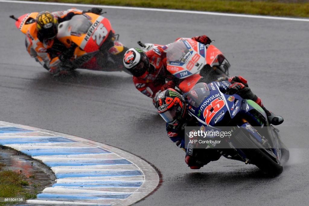Yamaha rider Maverick Vinales of Spain (R) leads Ducati rider Jorge Lorenzo of Spain (C) and Honda rider Dani Pedrosa of Spain (L) during the MotoGP Japanese Grand Prix at Twin Ring Motegi circuit in Motegi, Tochigi prefecture on October 15, 2017. / AFP PHOTO / Toshifumi KITAMURA