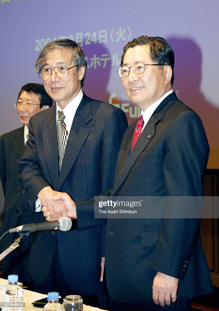 Yamanouchi Pharmaceutical President Toichi Takenaka and Fujisawa Pharmaceutical President Hatsuo Aoki shake hands during a press conference on their...