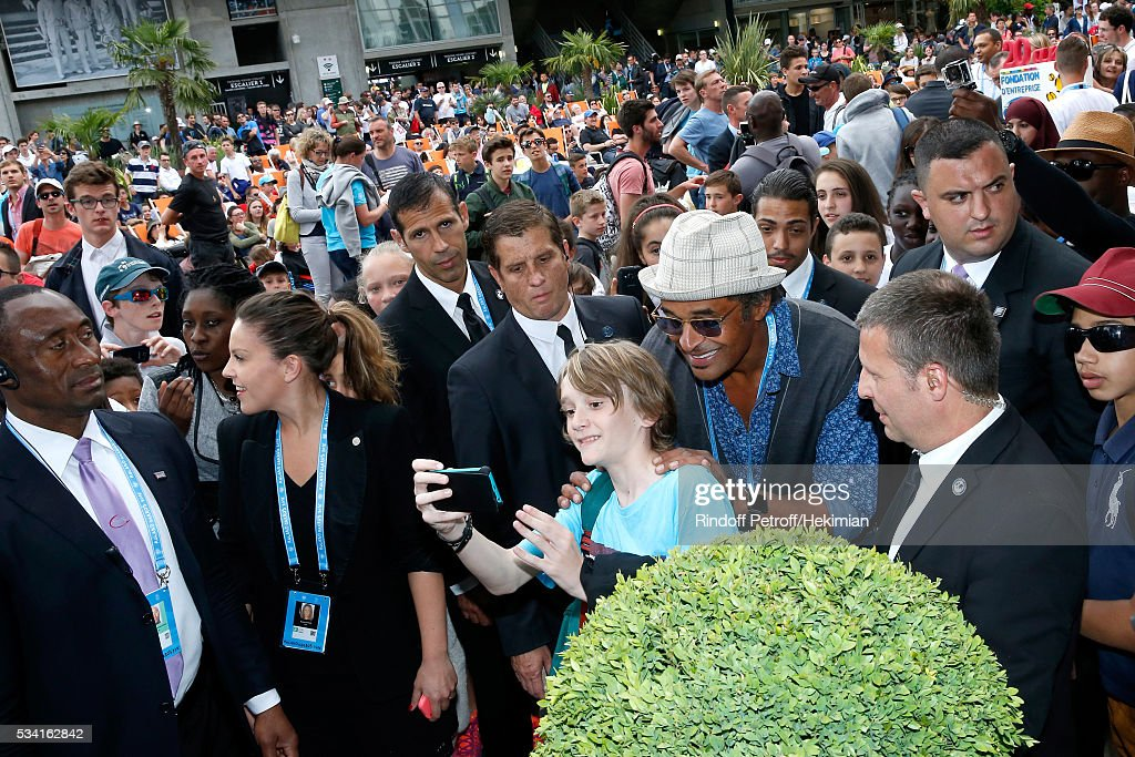 <a gi-track='captionPersonalityLinkClicked' href=/galleries/search?phrase=Yannick+Noah&family=editorial&specificpeople=215249 ng-click='$event.stopPropagation()'>Yannick Noah</a> signs autographs during the 2016 French Tennis Open - Day Four at Roland Garros on May 25, 2016 in Paris, France.