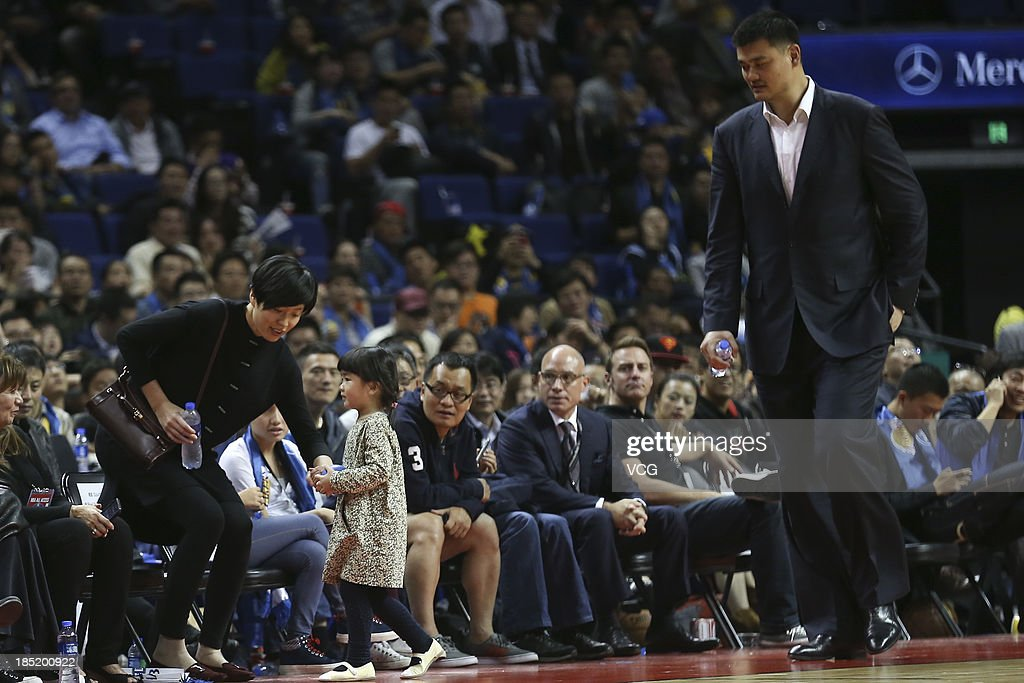 <a gi-track='captionPersonalityLinkClicked' href=/galleries/search?phrase=Yao+Ming&family=editorial&specificpeople=201476 ng-click='$event.stopPropagation()'>Yao Ming</a>, his wife Ye Li and 3-year-old daughter Yao Qinlei watch a game between the Golden State Warriors and the Los Angeles Lakers during the 2013 Global Games at the Mercedes-Benz Arena on October 18, 2013 in Shanghai, China.